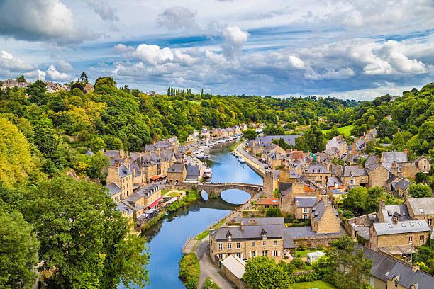 """<p dir=""""RTL""""><strong>بريتاني – Brittany</strong></p> <p dir=""""RTL"""">رمال، مياه، سهول، خضرة، شواطئ، تاريخ وحضارة... تفاصيل مميزة تعطي لبريتاني الفرنسية هويتها الخاصة. وفي هذه المنطقة تجدن واحداً من أجمل وأكبر الشواطئ في فرنسا. إستمتعي بالهواء العليل وإحصلي على قسط من الاسترخاء والراحة في بريتاني قبل العودة إلى يومياتك الروتينية.</p>"""