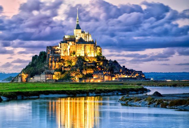 """<p dir=""""RTL""""><strong>نورماندي -</strong><strong>Normandy</strong></p> <div>عند توجهك لهذه المدينة الساحلية ننصحك بالاستمتاع بوقتك بالقرب من الشاطئ بالإضافة إلى القيام بأنشطة رياضية مائية كالتجديف مثلاً. كما ويمكنك زيارة معالمها التاريخية وأبرزها قلعة أنجلو الفاخرة التي تدل على حضارة هذه المنطقة الرائعة.</div>"""