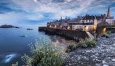 <strong>سانت مالو –</strong><strong>Saint Malo<br /><br /></strong>انّها من المدن الساحلية التي تملك تاريخاً عريقاً، حيث حاربت وطردت القراصنة على مدى سنوات طويلة. وما يميز سانت مالو هي الشوارع المرصوفة بالحصى، الجدران التي تحيط المدينة بالكامل، الأبنية ذات الهوية المعمارية الخاصة الفخمة وطبعاً الشواطئ الشاسعة.