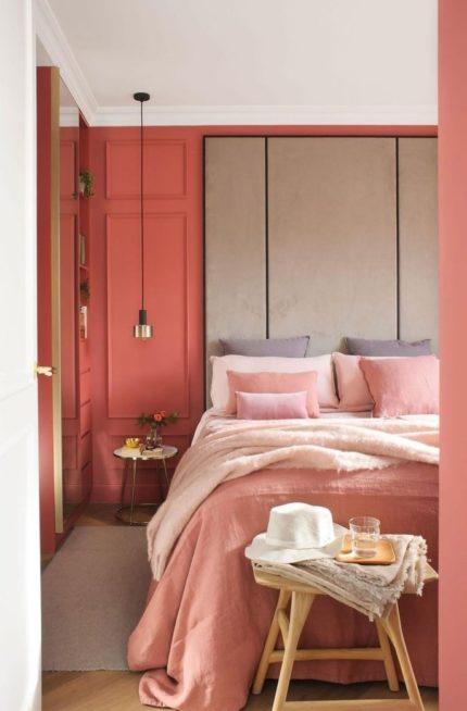 يبدو طلاء الجدران باللون السلموني الدافئ مثالياً جداً لغرفة نومك، خصوصاً إذا نسّقت معه مفرش سرير وأغطية باللون السلموني الفاتح.