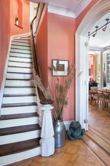 أضيفي لمسة مميزة إلى مدخل منزلك أو أحد ممراته وإعتمدي طلاء الأظافر باللون السلموني الجذّاب تماماً كما ترين في الصورة.