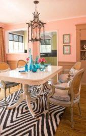 <strong></strong>إحصلي على أروع ديكور لغرفة طعامك وإختاري طلاء جدران باللون السلموني الفاتح والمتناسق مع الأثاث باللون البيج.