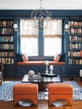 ابتكري في تصميم مكتبتك الخاصة على الحائط حيث تصنعين خزائن كبيرة وعالية لتوضيب الكتب مع ترك فسحة لنافذة تطل الى الخارج مع مقاعد واسعة.