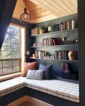 اليك هذا الديكور المبتكر لتصميم مكبتة حائط عصرية ومناسبة لغرفة النوم حيث تصميمينها بالقرب من النافذة اعلى المقاعد الطويلة.