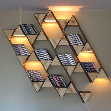 اليك هذه الفكرة العصرية والابداعية لتصميم مكتبة حائط صغيرة من الرفوف الخشبية المتقابلة مع الانارة الخفيفة التي تزينها.