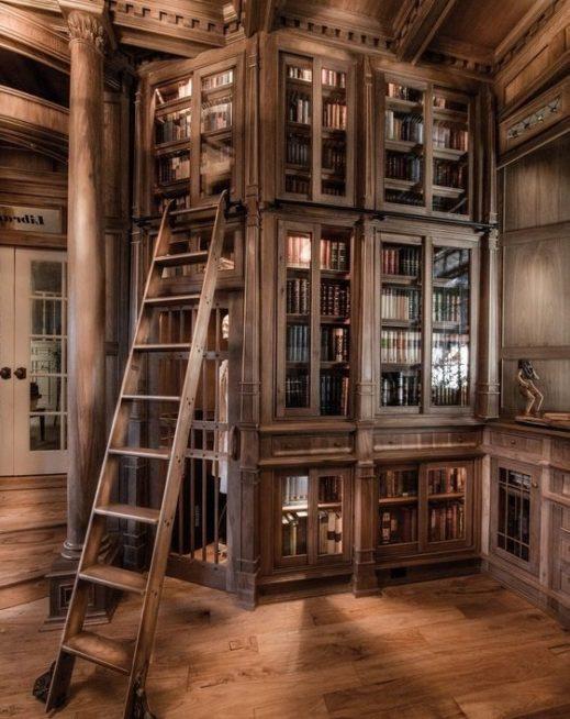 ان كنت تملكين منزلاً ذات طابع ريفي مميز، يمكنك ان تختاري تصميم مكتبة حائط كبيرة على شكل خزائن عالية من الخشب وواجهات زجاجية.