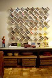 فكرة رائعة لتصميم مكتبة حائط مبدعة من خلال صنع رفوف خشبية على شكل موجات بحرية تضفي لمسة من الابتكار الى الديكور.