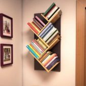 يمكنك ان تكوني مبتكرة في تصميم مكتبة حائط صغيرة ومميزة من الرفوف الخشبية المترابطة بطريقة متقنة ووضع الكتب عليها لتحصلي على ديكور ملفت.
