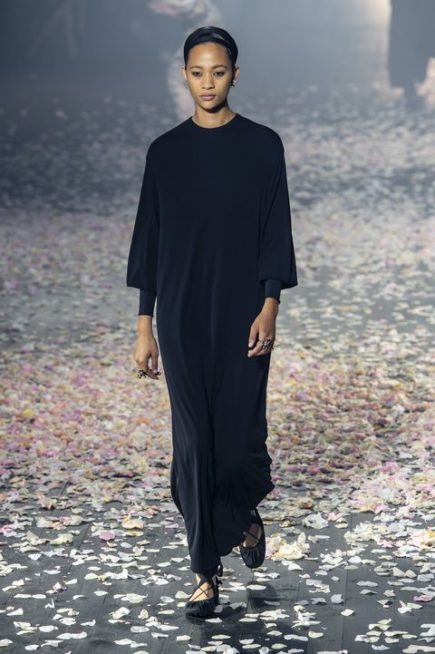 <p><strong>Christian Dior كريستيان ديور</strong></p> <p>قدّمت هذه الدار تصميماً ناعماً وملفتاً لفستان طويل باللون الاسود ذات القصة المستقيمة يتناسب مع الحجاب.</p>