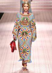 <p><strong>Dolce & Gabbana دولتشي آند غابانا</strong></p> <p>هذه الدار اختارت أن تقدم هذا الفستان المميز بنقشات وزخرفاته الملونة الفاخرة ما يضفي لمسة من الابتكار والعصرية الى اطلالتك بالحجاب.</p>