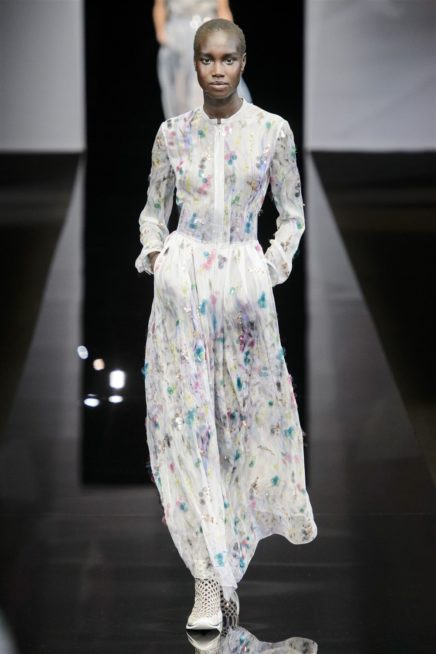 <p><strong>Giorgio Armani جورجيو ارماني</strong></p> <p>لتحصلي على اطلالة عصرية باجمل الفساتين الفاخرة من الدور العالمية مع الحجاب، إنتقي هذا الفستان كونه يتميز بلونه الابيض ونقشات الازهار الملونة.</p>