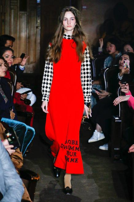 <p><strong>Gucci غوتشي</strong></p> <p>لتكوني متميزة في اطلالتك هذا الربيع والصيف مع الحجاب يمكنك ان تختاري هذا الفستان الطويل باللون الاحمر مع الاكمام والياقة بنقشة الكارو الابيض والاسود.</p>