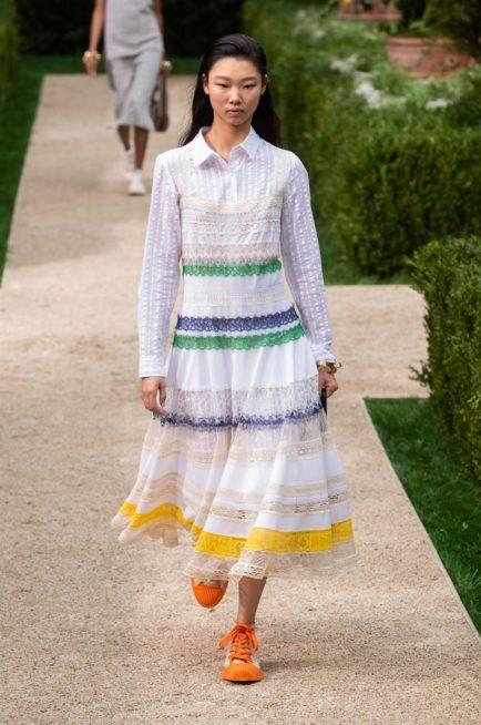 <p><strong>Tory Burch توري بورش </strong></p> <p>يمكنك التألق في ربيع 2019 مع الحجاب من خلال اختيار هذا الفستان المميز بلونه الابيض وتقليماته الافقية العريضة الملونة.</p>