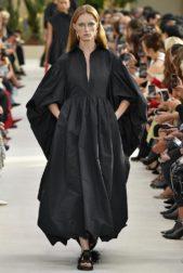 <p><strong>Valentino فالنتينو </strong></p> <p>اختارت هذه الدار ان تقدم للمراة المحتشمة هذا الفستان الاسود الطويل والفضفاض الذي يتميز بأكمامه الواسعة ويعتبر مناسباً للمراة المحجبة.</p>