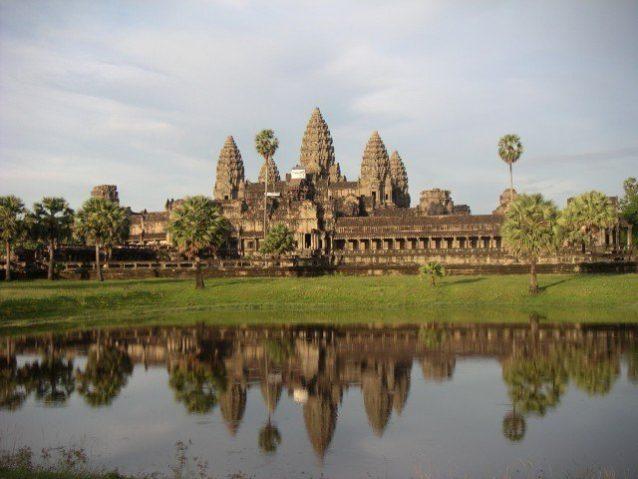 <p><strong>Angkor Wat, Cambodia<br /> معبد أنغور في كمبوديا</strong></p> <p>يعد من اجمل المعابد الكبيرة التي تستحق الزيارة فهو يتميز بمساحته الكبيرة وتصميمه المذهل والمبدع.</p>