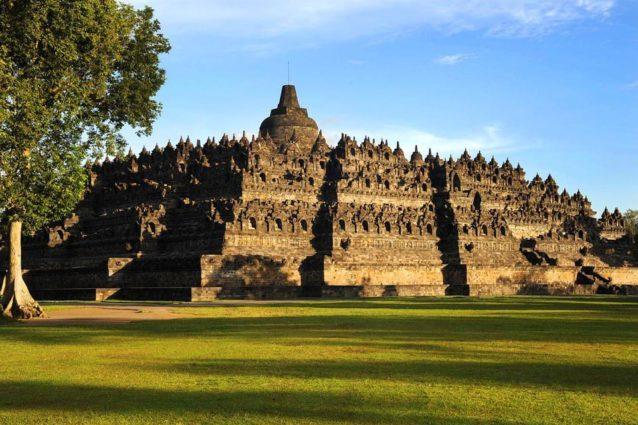 <p><strong>Borobudur, Indonesia<br /> معبد بوروبودور في اندونيسيا</strong></p> <p>يتميز هذا المعبد بتصميمه الصخري الرائع وبمساحته الكبيرة وبالتماثيل المختلفة التي تنتشر في محيطه فيشكل وجهة سياحية مثيرة للاهتمام.</p>