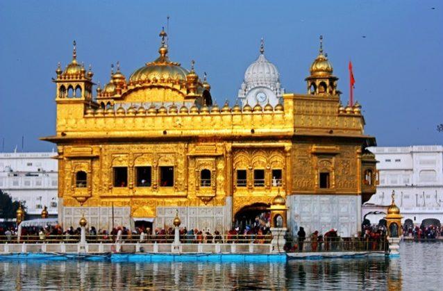 <p><strong>Golden Temple, India<br /> المعبد الذهبي في الهند </strong></p> <p>من أجمل المعابد التي يمكن أن تقصدوها وتستمتعوا بمشاهدتها هو المعبد الذهبي في الهند الذي يتميز بلونه الفريد الممزوج مع الابيض.</p>