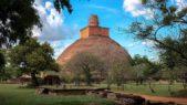 <p><strong>Jetavanaramaya, Sri Lanka<br /> معبد جيتانرامايا في سريلانكا </strong></p> <p>هذا المعبد المميز بحجره البرونزي اللافت للانظار وشكله النصف كروي يجعله مقصداً مهماً للسياح.</p>