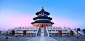 <p><strong>Temple of heaven, China<br /> معبد الجنة في الصين</strong></p> <p>يعتبر من اجمل المعابد التي تستحق الزيارة فهو يتميز بمساحته الكبيرة ولونيه الازرق والابيض مع القبة الثلاثية.</p>