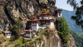 <p><strong>Tigers Nest Monastery, Bhutan<br /> معبد تايغر نيست في البوتان </strong></p> <p>يعد من اجمل المعابد التي تستحق الزيارة في العالم نظراً لتصميمه الهندسي الرائع والتقليدي وموقعه الجغرافي عند الجبل.</p>