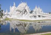 <p><strong>Wat Rong Khun, Thailand<br /> وات رونغ خون في تايلاندا </strong></p> <p>يعتبر من اجمل المعابد التي تستحق الزيارة حول العالم نظراً لتميزه باللون الابيض وزخرفاته المتقنة التنفيذ.</p>