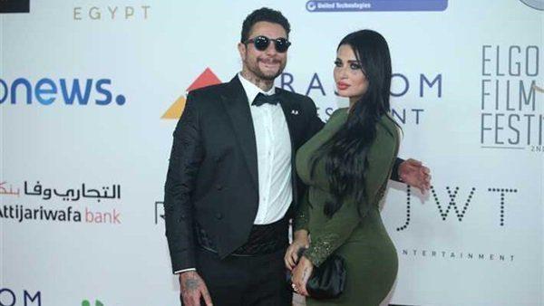 النجم أحمد الفيشاوي مع زوجته ندى كامل خلال مشاركتهما في إحدى المناسبات الفنية الرسمية.