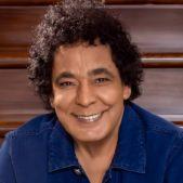من النجوم الذين اتهموا بسرقة اغاني نجوم آخرين هو الفنان محمد منير الذي اتهمه الجمهور بسرقة لحن يعود للفنانة الراحلة صباح واسمها ع البساطة البساطة.