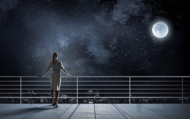 ماذا يمكن أن تتوقّعي بعد النظر إلى القمر في منامك؟