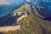 """<p><strong>بيكين - Pekin</strong></p> <p>إنها العاصمة الصينية التي تضم على أراضيها واحدة من أعظم عجائب الدنيا السبع """"سور الصين العظيم"""". فضلاً عن هذا السور المعروف تشتهر بيكين بما يعرف بالـForbidden City أو المدينة المحرمة الخاصة بالأباطرة وأسرهم، بالإضافة إلى معبد السماء وحديقة بيهاي التي تعد جميعها مصدر جذب كبير للسياح.</p>"""