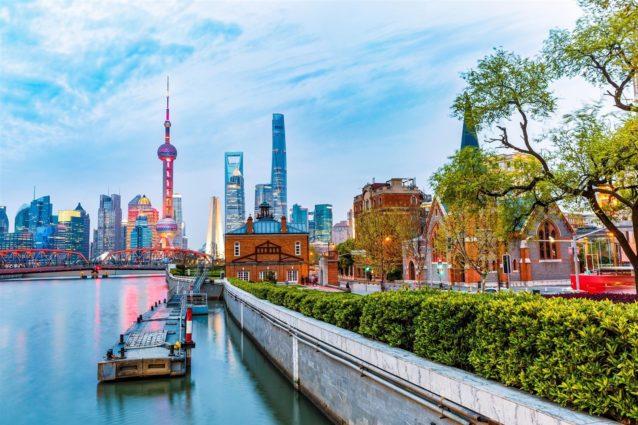 <p><strong>شنغاهاي - Shangai</strong></p> <p>تعد شانغاهاي من أكبر المدن في الصين التي تتميز بمبانيها العائدة إلى عهد الاستعمار. ومن أبرز معالمها السياحية ديزني لاند، منطقة بوند المحاذية لنهر هوانغبو، برج لؤلؤ الشرق الذي يعد من أطول ابراج العالم، متحف شنغاهاي وغيرها من المعالم الطبيعية كحدائق الحيوان وأحواض الأسماك المبهرة.</p>