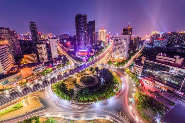 <p><strong>غوانغزو - Guangzhou</strong></p> <p>تعتبر ثالث أكبر المدن في الصين، وهي عبارة عن المركز التجاري والصناعي الأشهر في هذه المنطقة. تميزها مجموعة من المعالم السيايحة الفريدة من نوعها كبرادايس بارك Paradis Park Chimelong وهي المتنزه الصيني الأكبر، مسجد هوايشينغ، برج كانتون الأطول في الصين وجزيرة شاميان الرملية.</p>