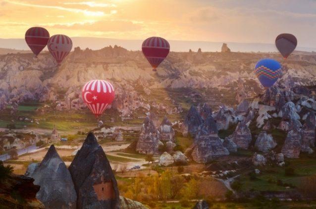 <strong>كبادوكيا - تركيا<br /> Cappadocia - Turkey<br /><br /> </strong>تتّصف كبادوكيا بطبيعتها الصخريّة الملفتة وتعدّ منطقة مخصّصة لركوب المناطيد التي غالباً ما تنطلق عند الفجر كي يتاح للركاب الإستمتاع بأروع شرق للشمس.