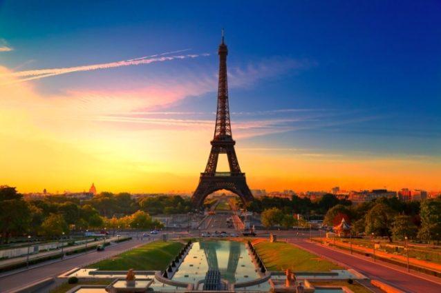 <strong>برج إيفل - فرنسا<br /> Eiffel tower - France<br /><br /> </strong>فضلاً عن كونه من أهمّ المعالم السياحية في فرنسا والعالم، يتيح برج إيفل لزوّاره فرصة مشاهدة أروع شروق للشمس من أعلى نقطة فيه والتي تكشف على أجمل مشاهد للعاصمة الفرنسيّة.