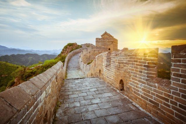 <strong>سور الصين العظيم - الصين<br /> The great wall of china - China<br /><br /> </strong>يكشف سور الصين العظيم على إطلالة ومناظر خلّابة تزداد روعتها مع شروق الشمس، ما يجعله من أفضل الأماكن لرؤية هذا المشهد.