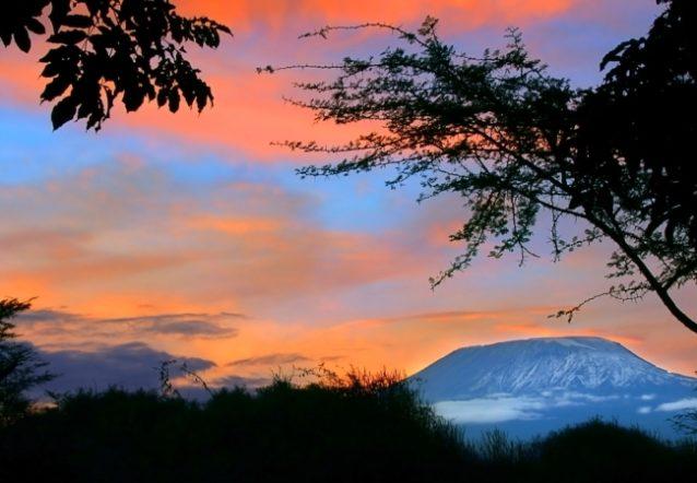<strong>جبل كليمانجارو - تنزانيا<br /> Kilimanjaro mount - Tanzania<br /><br /> </strong>يشكّل جبل كليمانجارو وهو الأعلى في أفريقيا المكان الأمثل لمشاهدة شروق الشمس، وإذا لم تتسنّى لك فرصة تسلّقه يمكنك الإستمتاع برؤية هذا المشهد منعكساً على القمم.
