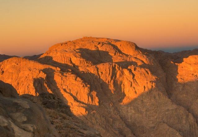 <strong>جبل سيناء - مصر<br /> Sinai mount - Egypt<br /><br /> </strong>يعتبر هذا الجبل الذي يعرف كذلك بجبل موسى من أشهر جبال سيناءوأجملها، ويجذب إليه العديد من السياح للإستمتاع بأروع مشهدين لشروق الشمس وغروبها.