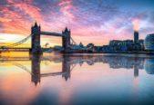 <strong>نهر التايمز - بريطانيا<br /> Thames river - Britain<br /><br /> </strong>تعتبر الجولة عل ضفاف نهر التايمز في لندن مثالية للإستمتاع بأجمل مشهد لشروق الشمس، حيت تتاح لك كذلك فرصة اقيام بنزهة لا تنتسى في أحد القوارب عند الفجر.