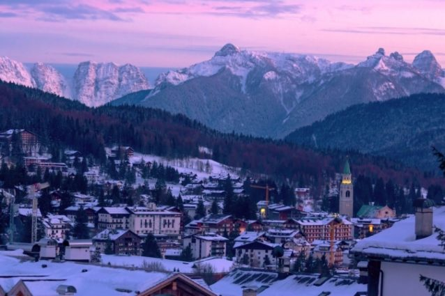 <strong>Cortina-كورتينا<br /><br /> </strong>تقع مدينة كورتينا في جبال الألب ما يجعلها من أفضل المدن الإيطالية في الشتاء، كما يمكن لزوارها قضاء أروع الأوقات وأكثرها هدوءاً ومشاهدة المنازل الجبلية والمناظر الطبيعية الخلابة.