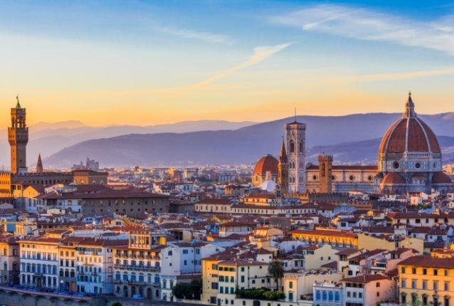 <strong>Florence-فلورنسا<br /><br /> </strong>تعتبر فلورنسا كذلك من المدن الإيطالية التي تحلو زيارتها خلال الشتاء حيث يمكن للسياح إكتشاف معالمها السياحية والأثرية المميزة بعيداً عن الحشود التي تزداد أثناء الصيف، وإلتقاط أروع الصور للمناظر الطبيعية التي تغطيها الثلوج.