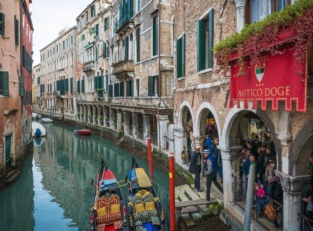 <strong>Venice-البندقية<br /><br /> </strong>تشتهر البندقية بروعتها وجذبها للعديد من السياح على مدار السنة، إلّا أنّها تعتبر كذلك من أفضل المدن الإيطالية في الشتاء إذ تقلّ الحشود وتنخفض الأسعار بشكل ملحوظ ما يعتبر مثالياً للكثير من السياح.
