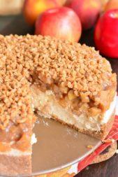 زينة مبتكرة للتشيز كيك من مربى التفاح المغطى بالبقسماط المطحون، حيث يمكنك أن تحصلي على تشيز كيك بقطيرة التفاح الشهية.