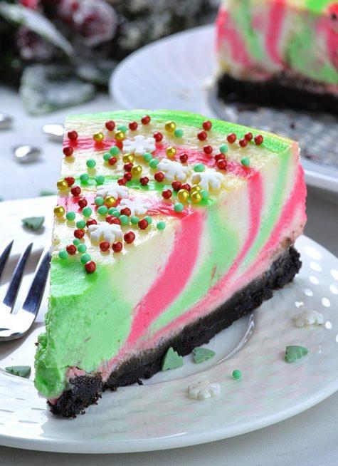 إليك فكرة مبتكرة لتزيين تشيز كيك، حيث تحضرين كريما بمختلف الألوان وتجمعينها سوياً بشكل متدرّج فتحصلين على كريما ممزوجية بالألوان الأخضر والأحمر والأبيض.