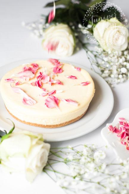 أيضاً يمكنك الاستعانة ببتلات الأزهار ذات اللون الوردي الناعم لتزيين قالب تشيز كيك من الكريما البيضاء، فتحصلي على زينة فريدة وناعمة.