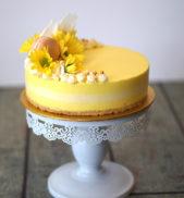 إن كنت تحضرين التشيز كيك بنكهة الليمون، يمكنك أن تصنعي الكريما باللون الأصفر، مع تزيينه ببعض الأزهار الصفراء والكريما من اللون عينه، إلى جانب بعض المكارون الأصفر.