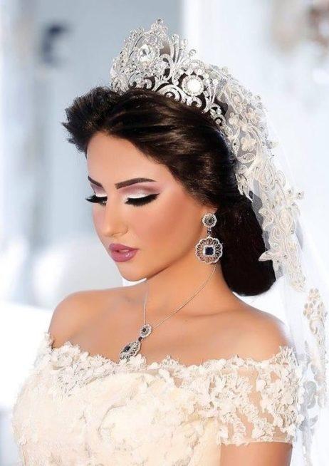 تسريحة عروس مع تاج