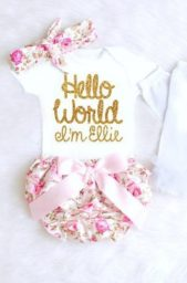 <strong>ثياب مميزة<br /><br /> </strong>يمكنك إختيار ثياب مميزة وإضافة عبارة ملفتة عليها أو الإكتفاء بذكر إسم المولود بأحد الألوان البراقة تماماً كما ترين في الصورة.
