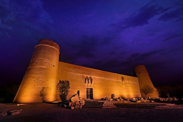 <p><strong>قصر المصمك - Masmac Castle</strong></p> <p>منذ العام 1895، استقر هذا القصر في المملكة العربية السعودية ويعد من أهم المعالم السياحية في الرياض خصيصاً. يحتوي هذا المعلم الأثري على الأسلحة القديمة، خرائط ومجسمات تدل على الحضارات القديمة التي مرّت بالسعودية.</p>