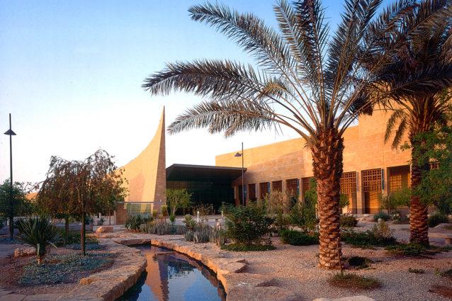 <p><strong>المتحف الوطني في الرياض - Riyadh National Museum</strong></p> <p>يعد هذا المتحف الوجه الحضاري للعاصمة، حيث يستعرض بداخله مجموعة من القطع الأثرية والأجسام التي تقارن بين بداية الكون والعصر الحديث. ويعتبر المتحف مصدراً جاذباً لعدد كبير من السياح سنوياً.</p>