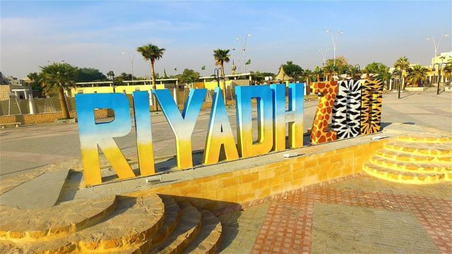 <p><strong>حديقة الحيوانات في الرياض - Riyadh Zoo</strong></p> <p>إنها وجهة سياحية للكبار والصغار في نفس الوقت، حيث يمكن للأطفال الاستمتاع بالتعرف على عدد كبير من الحيوانات عن قرب. ويستطيع الكبار أن يتنزهوا في الحديقة بهدف الترويح عن أنفسهم.</p>