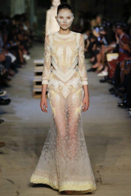 <p><strong>Givenchy - جيفنشي</strong></p> <p>دار جيفنشي اختارت أن تمنح المرأة الانيقة اطلالة متميزة وعصرية مع هذا الفستان المصمم بقصة حورية استعمل في تصميمه القماش الشفاف والقماش السميك بلوني الابيض والذهبي.</p>